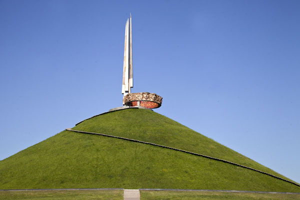 的照片 被拉瑞斯 (A man-made grassy hill with the monument for the victory of the Great Patriotic War on top)