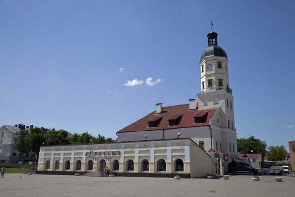 Photo de The city hall, shops and square in downtown NjasvizhNjasvizh - Biélorussie
