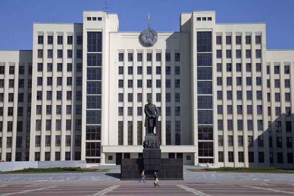 Picture of Statue of Lenin in front of Belarusian Parliament building on Independence Square