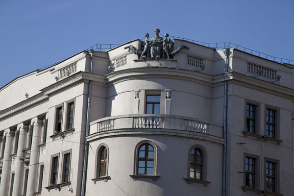 Corner of a building with sculptures on top | Nyezhavisimosty Avenue | Belarus