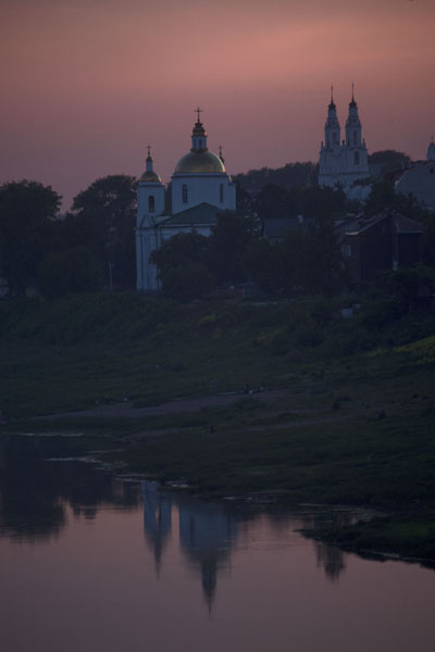 Foto de Dusk falling over the Cathedral of St Sophia, the Epiphany Monastery and the river DvinaPolatsk - Bielorrusia