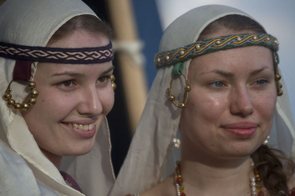 Foto van Two Belarusian women dressed up in medieval clothes during a festival in PolatskPolatsk - Wit-Rusland