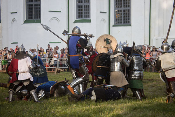 Foto van Belarusians dressed up in medieval armoury re-enacting a battlePolatsk - Wit-Rusland