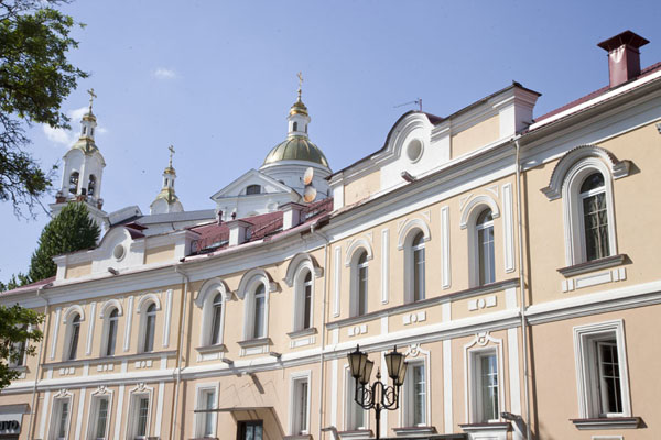 Foto de Row of houses with the church of the Assumption in the backgroundVitebsk - Bielorrusia