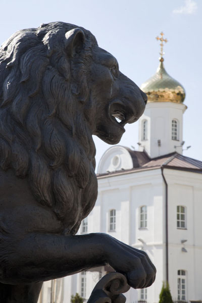 Foto van Statue of lion with golden cupola of the Holy Spirit convent in the backgroundVitebsk - Wit-Rusland