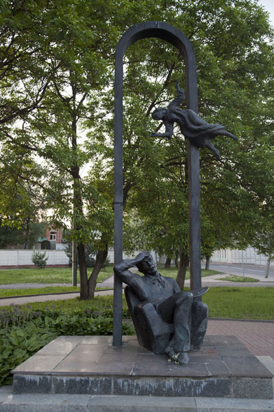 的照片 Sculpture of Marc Chagall on the corner of the street where he lived in Vitebsk - 被拉瑞斯
