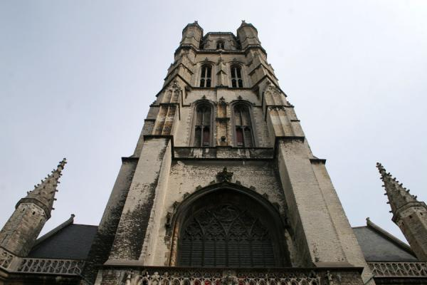 的照片 The front of Saint Bavo Cathedral in Ghent根特 - 比利时