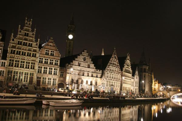Foto de Bélgica (Houses on Graslei canal in Ghent by night)