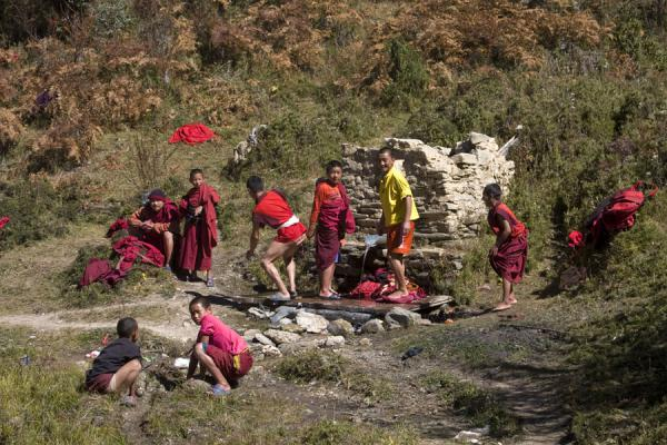 Foto di Bhutanese monks washing up near Petsheling GoembaMonaci bhutanesi - Bhutan