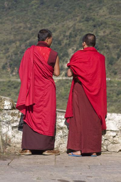 Foto van Two Bhutanese monks talking at Trongsa DzongBhutaanse monniken - Bhutan