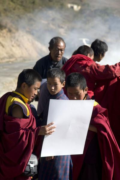 Foto de Young monks looking at religious artworkMonjes bhutaneses - Bután