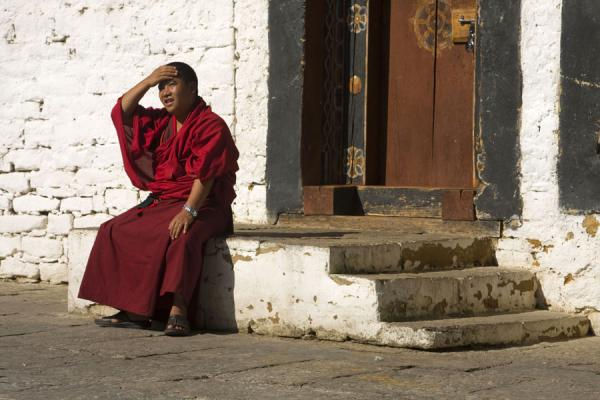 Foto van Bhutanese monk taking a break in Trongsa DzongBhutaanse monniken - Bhutan