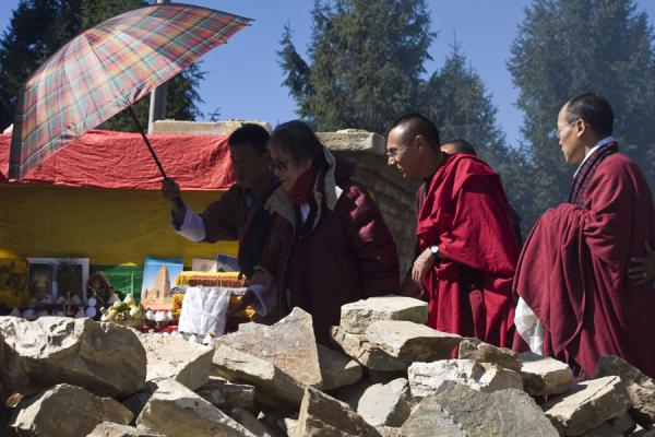 Foto van Reincarnation of the Rinpoche being welcomed by Bhutanese monksBhutaanse monniken - Bhutan