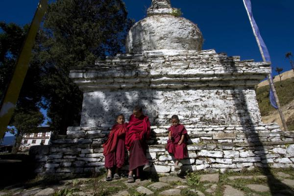 Young monks sitting at a chorten at Petsheling monastery - 不丹