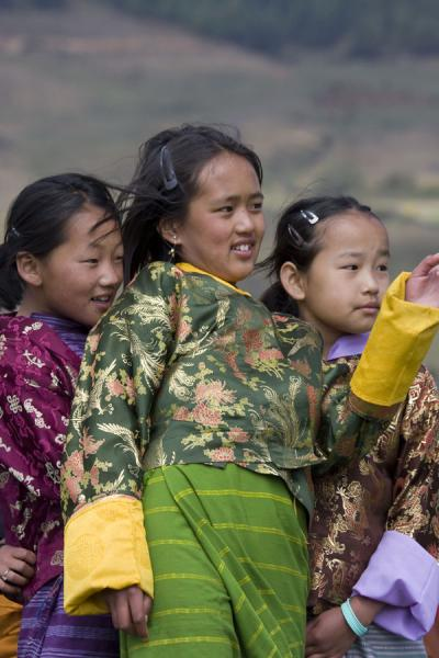 Foto van Girls at a small tsechu in Phobjikha ValleyBhutaanse vrouwen - Bhutan