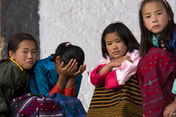 Foto van Girls in beautiful kira in JakarBhutaanse vrouwen - Bhutan