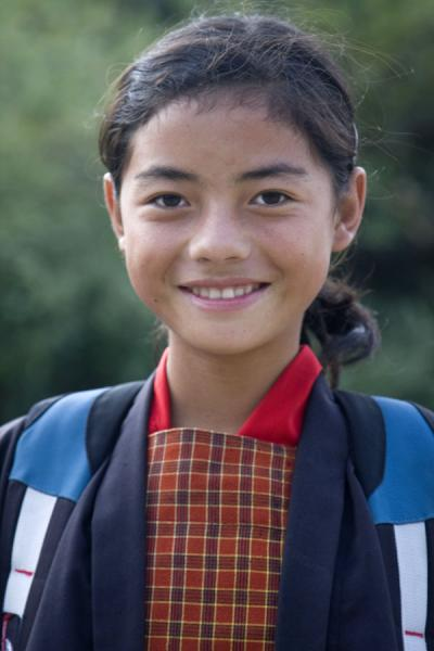 Schoolgirl in uniform near Wangdue Phodrang - 不丹