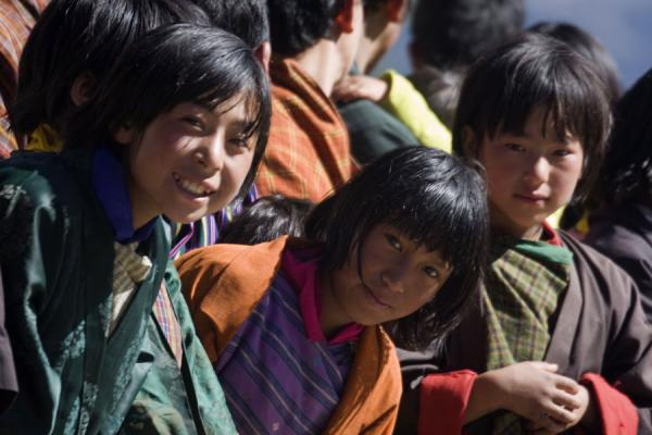 Foto van Girls waiting for a religious leaderBhutaanse vrouwen - Bhutan