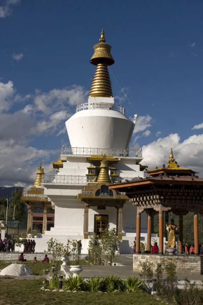 Photo de The National Memorial Chorten seen from the entranceThimphu - Bhoutan