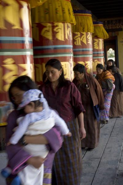 Foto de Bhutanese keeping the prayer wheels in motionThimphu - Bután