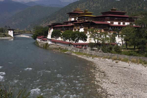 Photo de Punakha Dzong stands at the confluence of two riversPunakha - Bhoutan