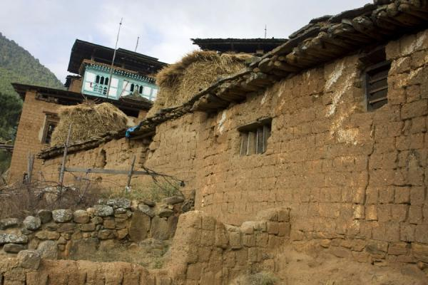 Adobe houses are common in Rinchengang village |  | 不丹