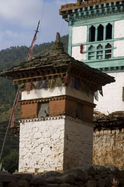 Photo de Stupa and house in RinchengangRinchengang - Bhoutan
