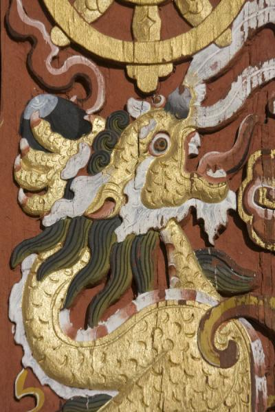 Foto de Detail of wood carving in Thimphu DzongThimphu - Bután