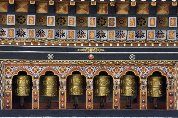 Foto van Gold-coloured prayer wheels at Thimphu Dzong - Bhutan - Azië