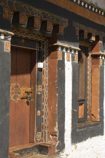 Foto di Typical wooden door and window frame in Trongsa DzongTrongsa - Bhutan