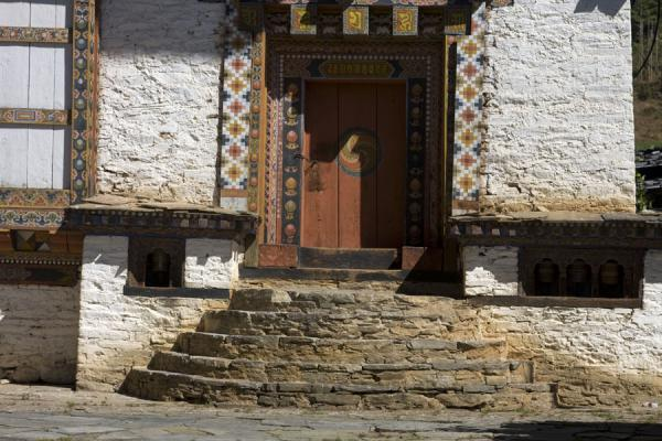 Foto di Bhutan (Ugyen Chholing Palace: stairs and door)