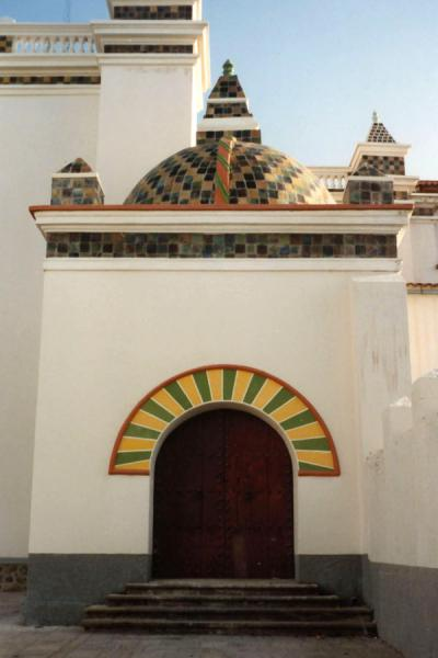 Photo de Entrance to one of the churches of CopacabanaCopacabana - la Bolivie