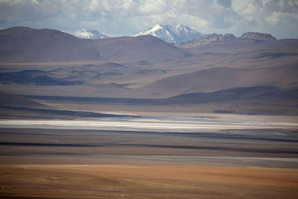 Foto van Laguna Colorada seen from a distanceEduardo Avaroa Reserve - Bolivia