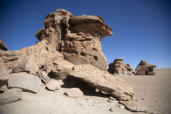 Photo de Several rock formations in a row at the stone forestForêt de pierres de Eduardo Avaroa - la Bolivie