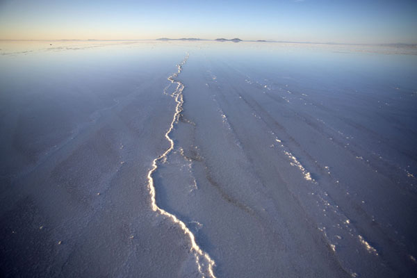 Lines of salt emerging from the thin layer of water in the Salar de Uyuni | Salar de Uyuni | 破利维亚呢
