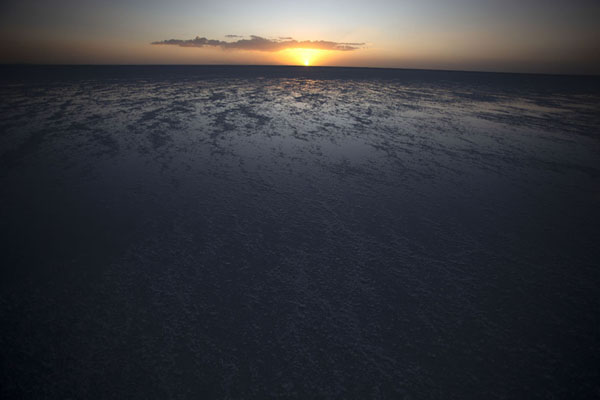 Photo de Sunrise over the thin layer of water on the Salar de UyuniSalar de Uyuni - la Bolivie