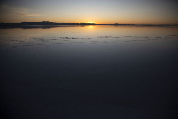 Foto van Sunrise reflected in the water of the Salar de Uyuni - Bolivia - Amerika