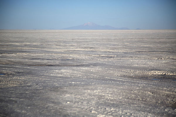 Photo de Tunupa Volcano in the far distance at the end of the salt flatSalar de Uyuni - la Bolivie