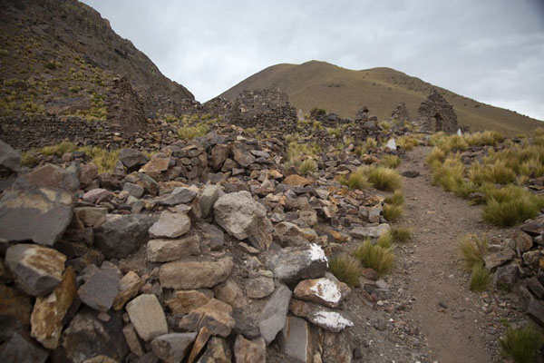 Path running between ruined buildings of the ghost town of San Antonio de Lípez - 破利维亚呢