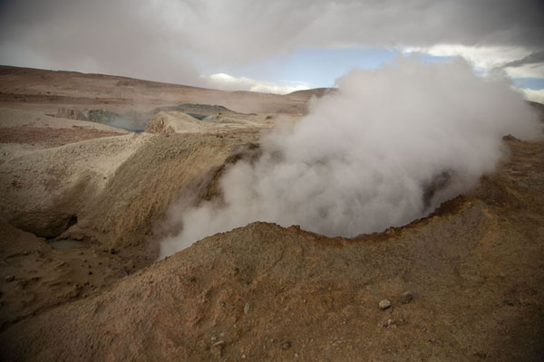 Foto de Steam coming out of one of the many craters in the Sol de Mañana areaSol de Mañana - Bolivia