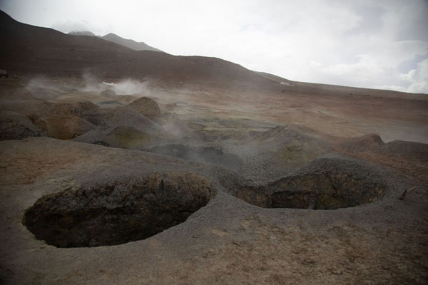 Big holes in the ground from which steam is constantly billowing up - 破利维亚呢