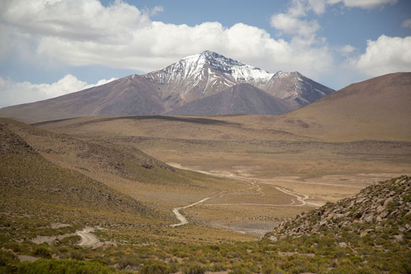 Foto de Track running through the mountains of southwest BoliviaPaisajes del suroeste de Bolivia - Bolivia