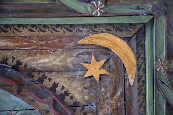 Photo de la Bosnie-Herzégovine (Crescent moon and star are among the decorations on the ceiling of a room in the tekke of Blagaj)