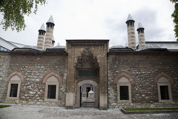 The madrassa opposite the Gazi Husrev Bey mosque | Gazi Husrev Bey complex | la Bosnie-Herzégovine