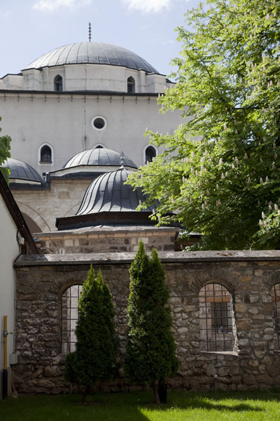 Photo de View of the cupolas of Gazi Husrev Bey mosqueSarajevo - la Bosnie-Herzégovine