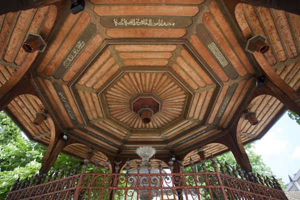 Looking up the wooden ceiling of the fountain outside the Gazi Husrev Bey mosque | Gazi Husrev Bey complex | la Bosnie-Herzégovine