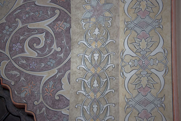 Detail of the decorations inside the mosque of Gazi Husrev Bey | Gazi Husrev Bey complex | la Bosnie-Herzégovine
