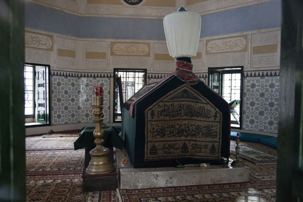 The türbe of Gazi Husrev Bey at the side of the mosque bearing his name | Gazi Husrev Bey complex | la Bosnie-Herzégovine