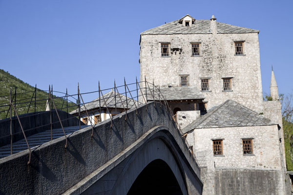 Foto van The Old Bridge of Mostar with one of the two mostari, the Tara Gunpowder TowerMostar oude brug - Bosnië en Herzegovina