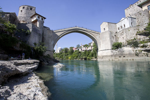 Foto van View of the circular reconstructed Old Bridge of Mostar over the greenish Neretva riverMostar oude brug - Bosnië en Herzegovina